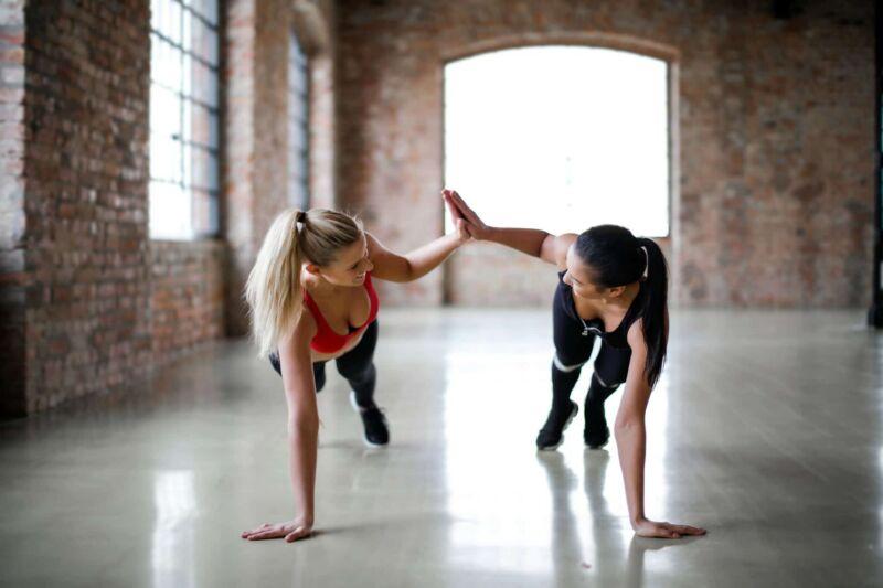 Девушки вместе занимаются спортом