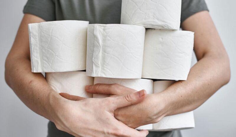 Мужчина с туалетной бумагой