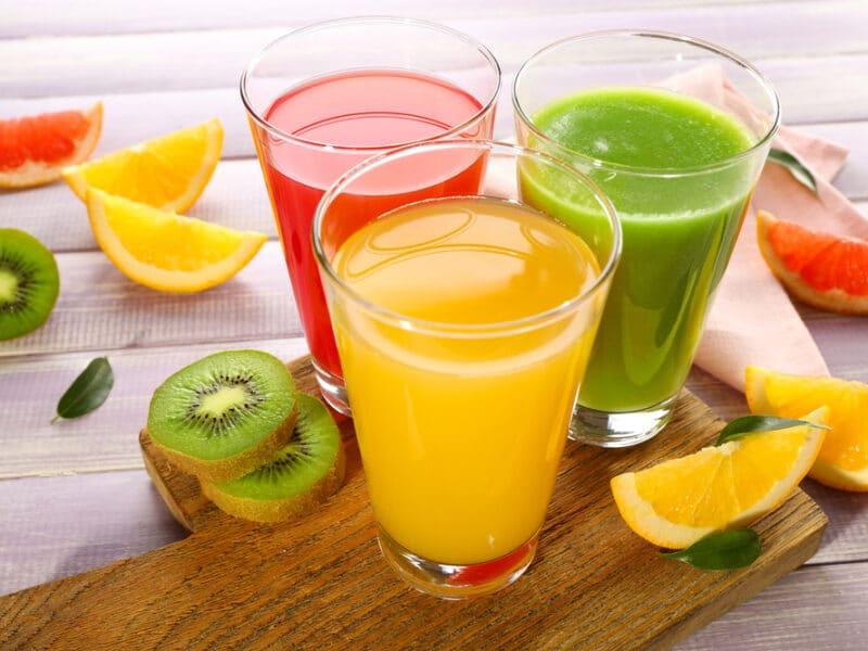 Почему пить сок не так полезно, как есть цельные фрукты