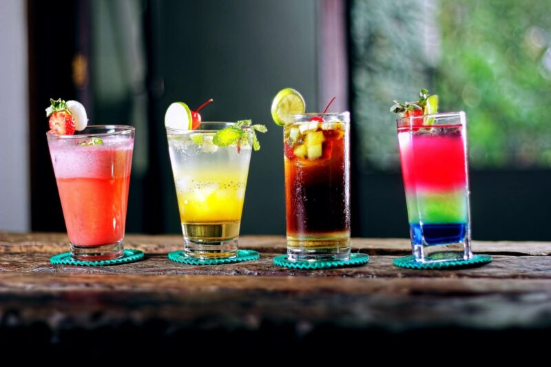 Алкогольные напитки в стаканах