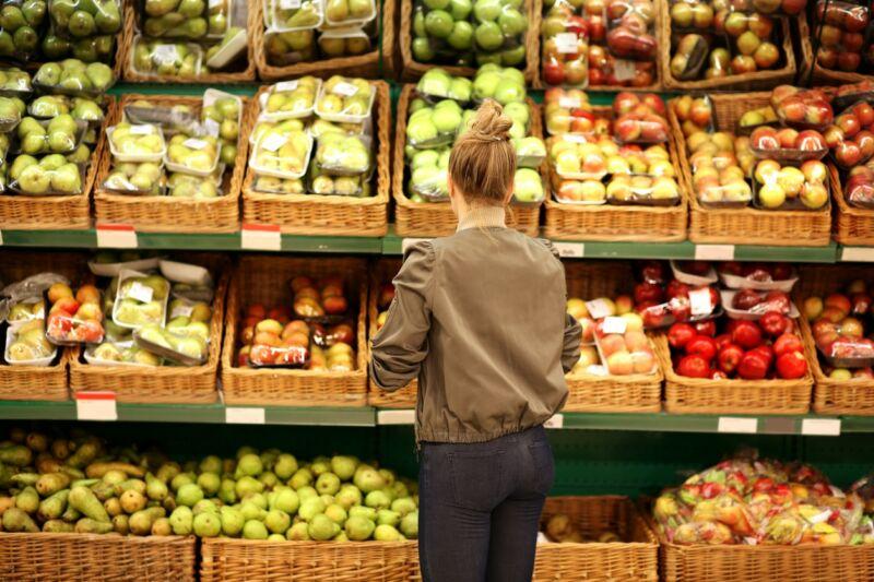Женщина выбирает продукты в магазине