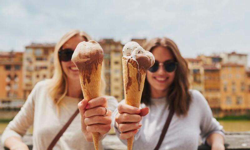 Девушки с мороженным
