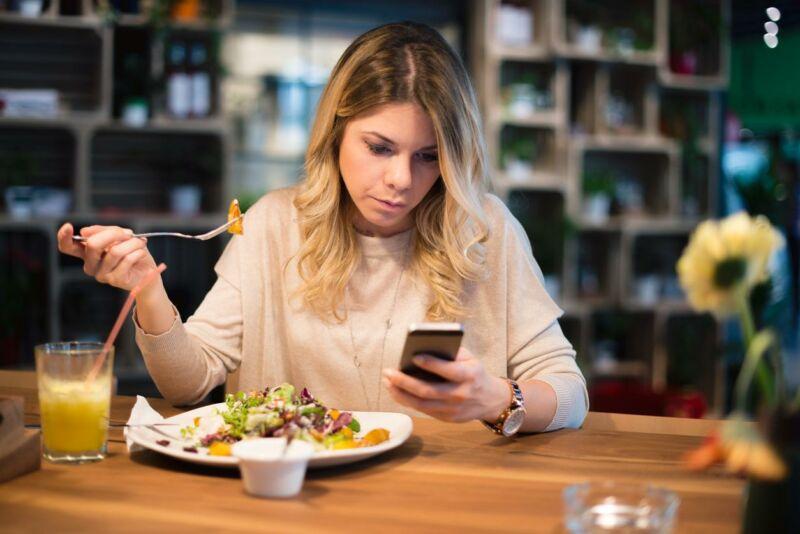 Женщина ужинает