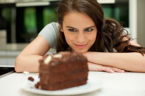 Женщина смотрит на десерт