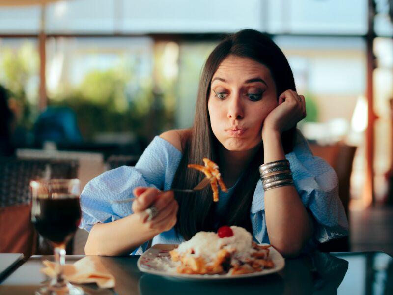 Женщина перед тарелкой с едой