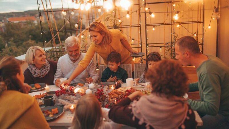 Семья за праздничным столом