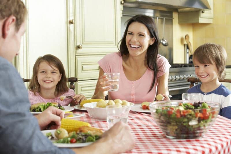 Семья завтракает за столом
