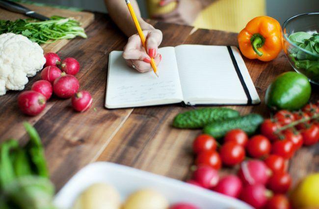Девушка ведет дневник питания
