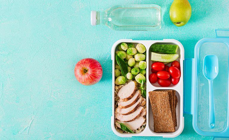 Лоток с едой, яблоко и бутылка воды