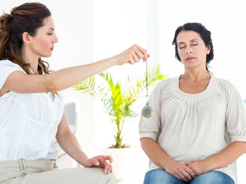 Врач гипнотизирует женщину