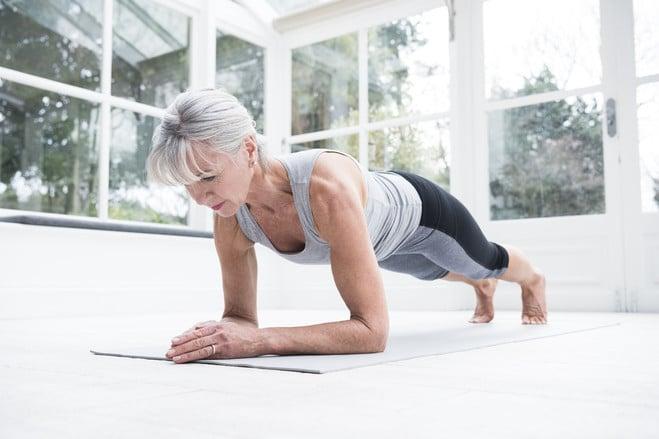 Старая женщина делает упражнения