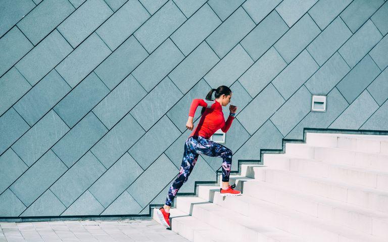 Девушка бежит на лестнице