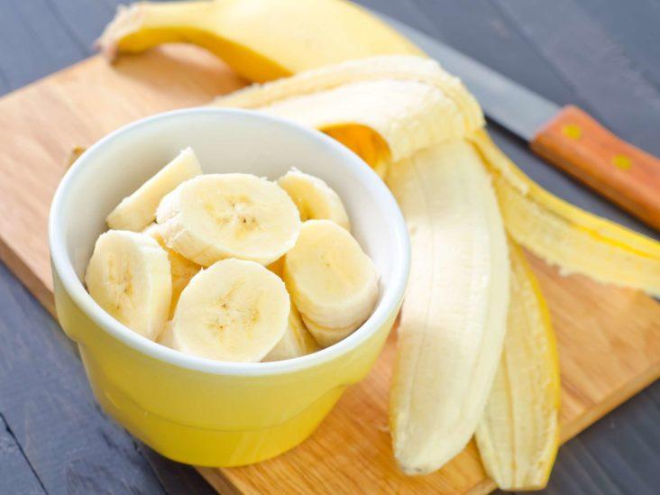Нарезанный банан в тарелке
