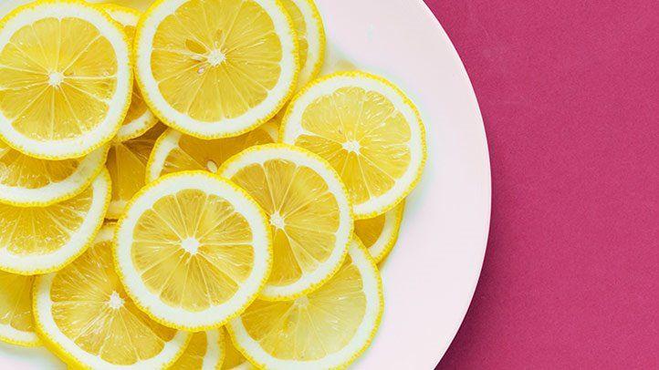 Нарезанный лимон на тарелке