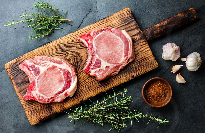 Нарезанное мясо на доске