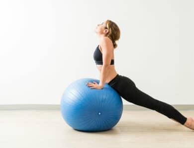 8 упражнений с мячом для фитнеса со стабилизацией для развития силы всего тела и похудения