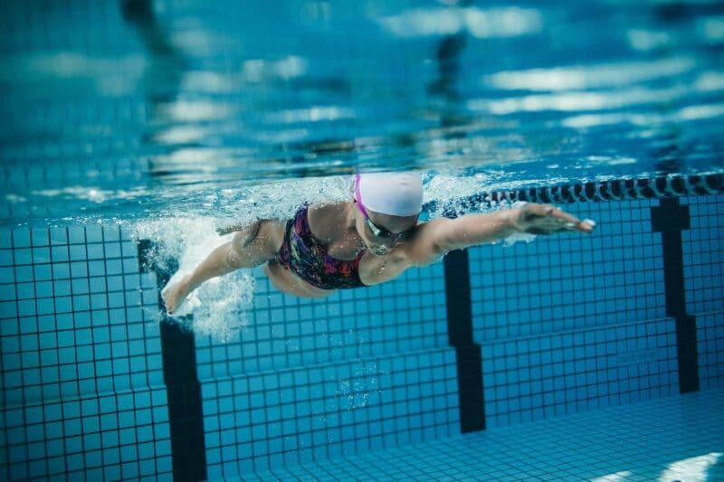 Девушка занимается плаваньем