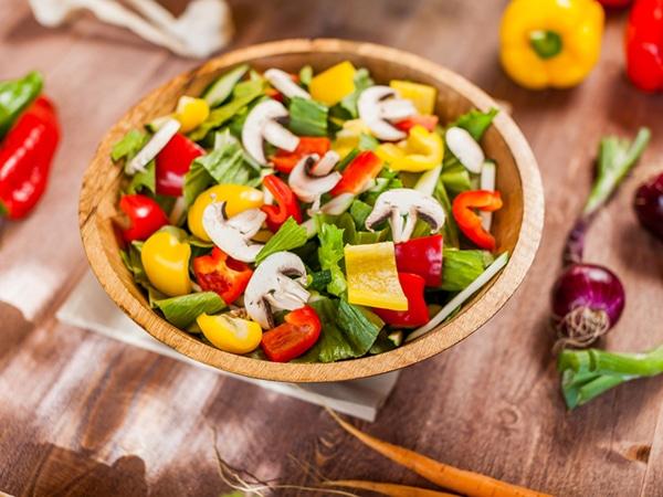 Нарезанные овощи на тарелке