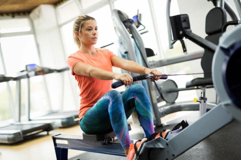 Женщина делает упражнение гребля