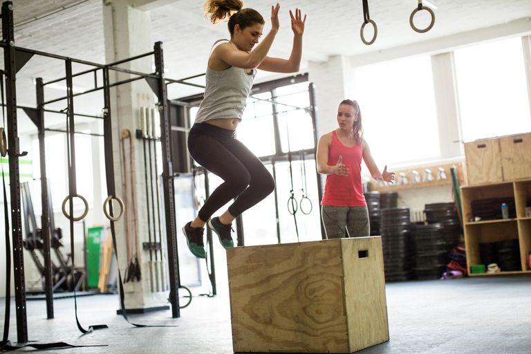 Девушка прыгает на коробку