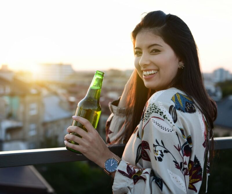 Девушка с бутылкой пива