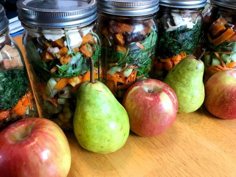Банки с заготовленными продуктами и фрукты