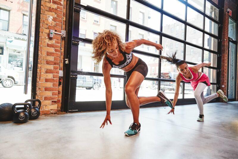 Девушки делают HIIT упражнения