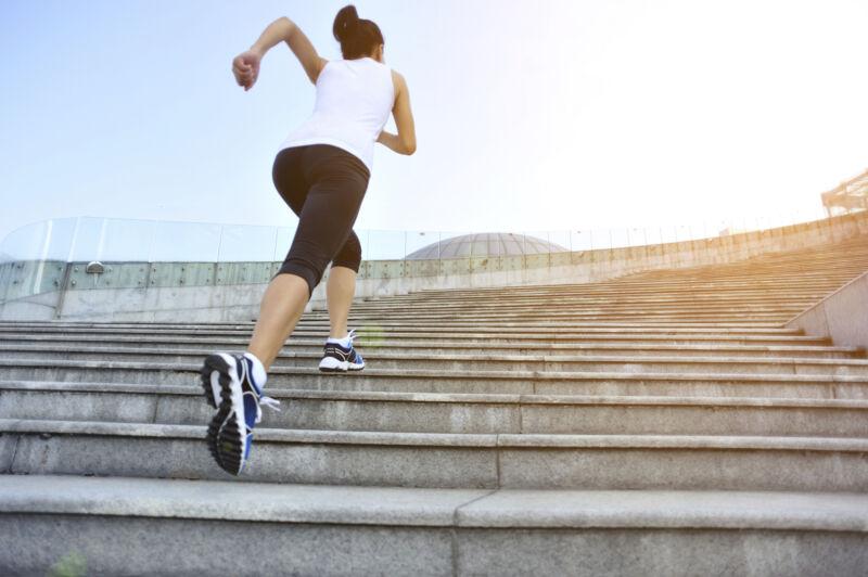 Женщина бежит по ступенькам
