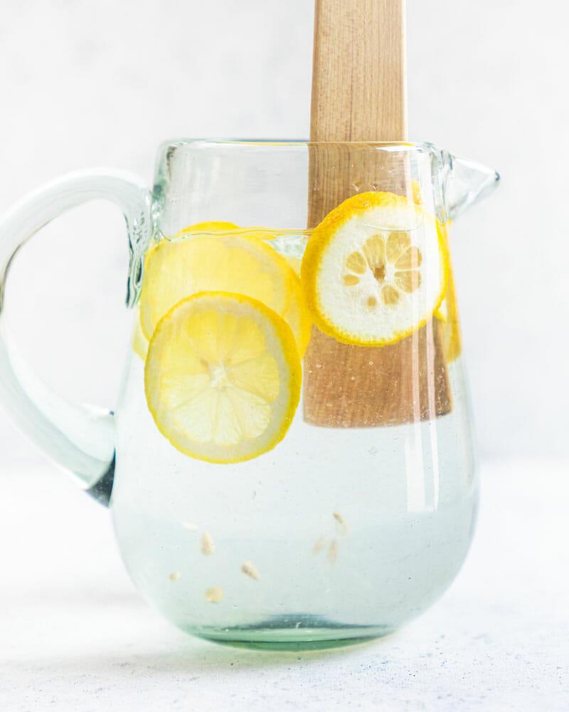 Графин воды с лимоном