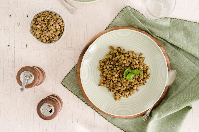Приготовленная чечевица на тарелке