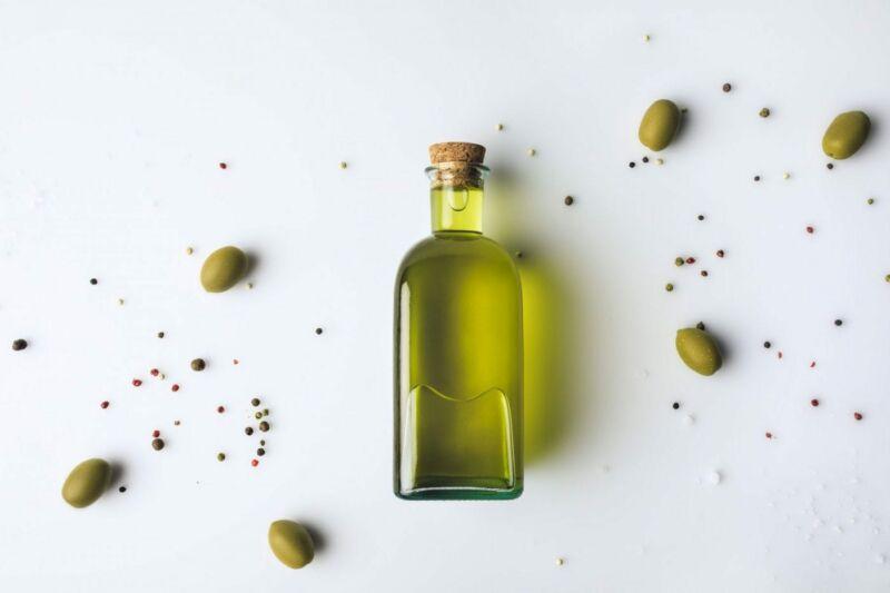 Оливковое масло в банке и оливки