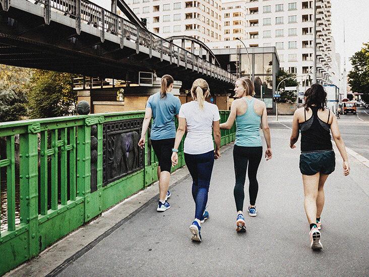 Женщины вместе занимаются ходьбой для похудения