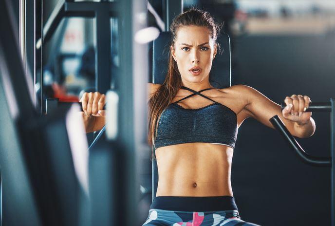 Женщина занимается в спортзале