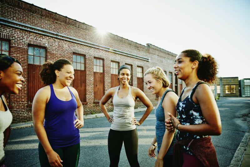 Счастливые женщины общаются после тренировки