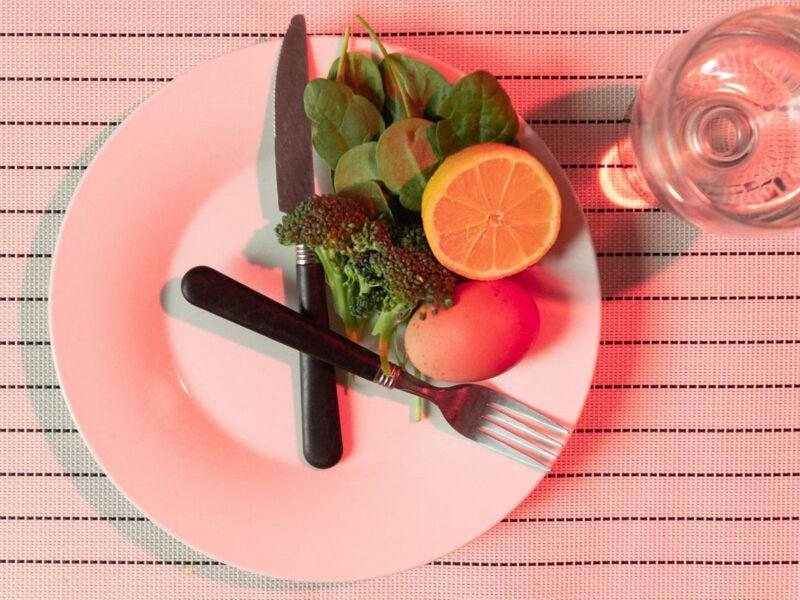 Тарелка с продуктами в форме часов