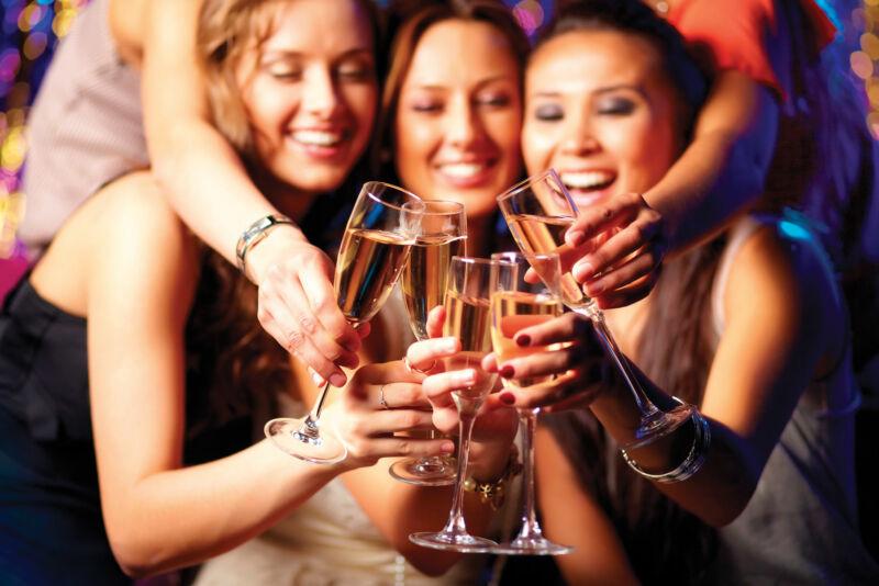Женская компания пьет алкогольные напитки