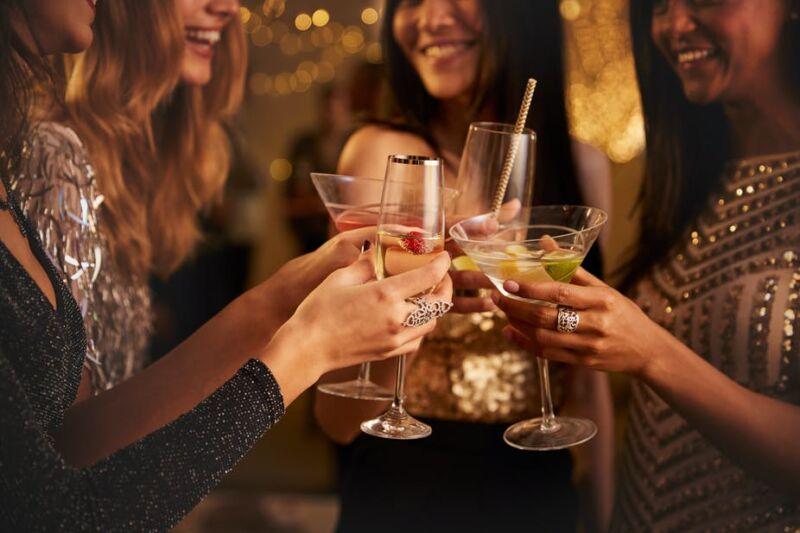 Девушки с алкогольными напитками