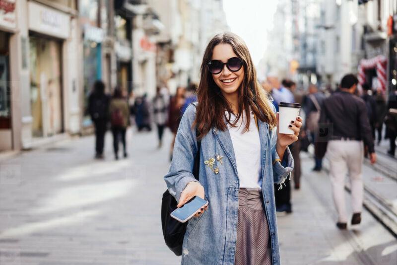 Девушка гуляет по городу