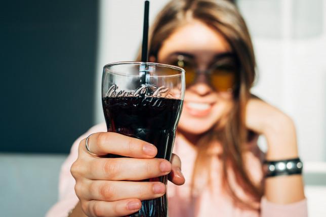 Женщина с бокалом колы