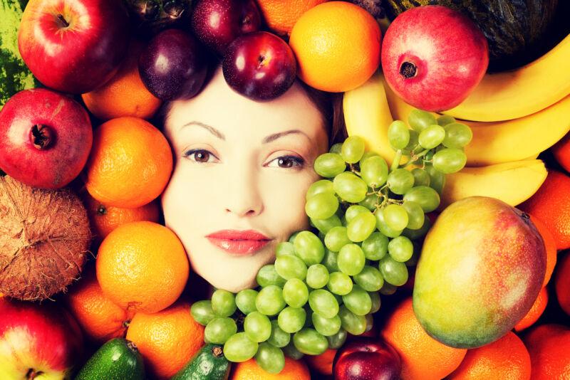 Женщина обложенная фруктами