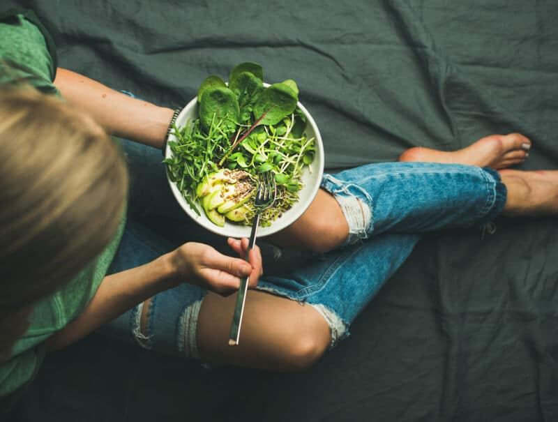 Женщина ест овощной салат