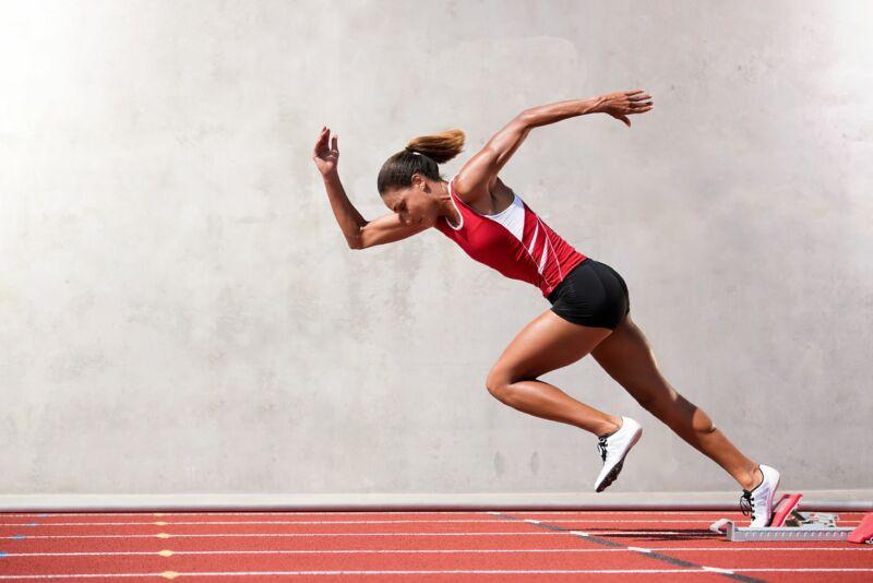 Женщина занимается быстрым бегом
