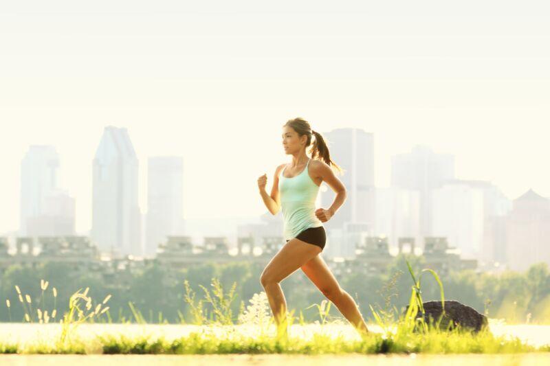 Девушка на утренней пробежке