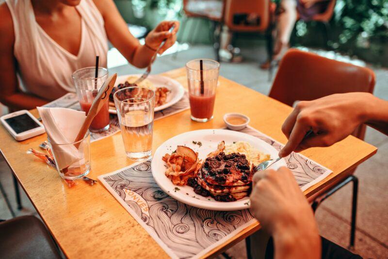 Женщины едят за столом