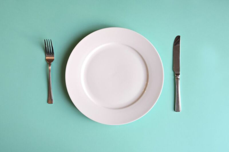 Пустая тарелка с приборами