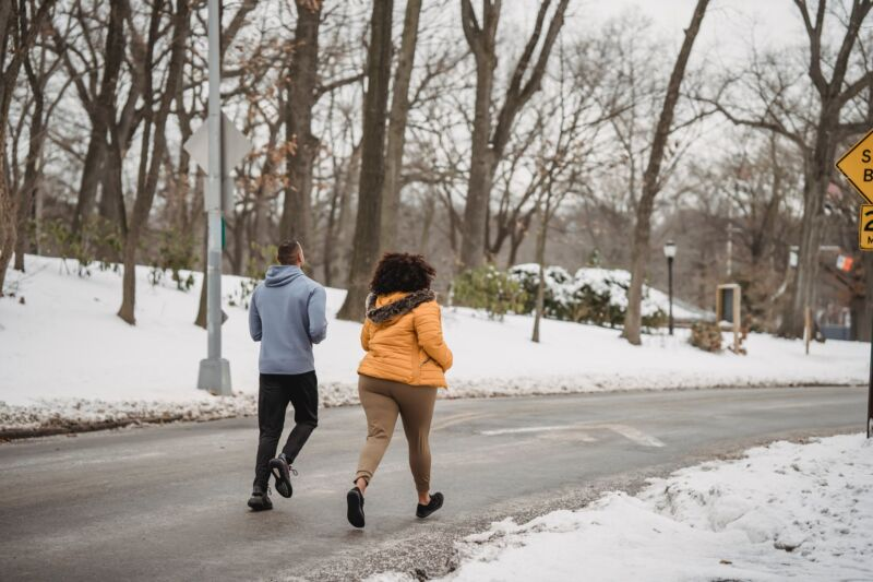 Мужчина с женщиной на пробежке