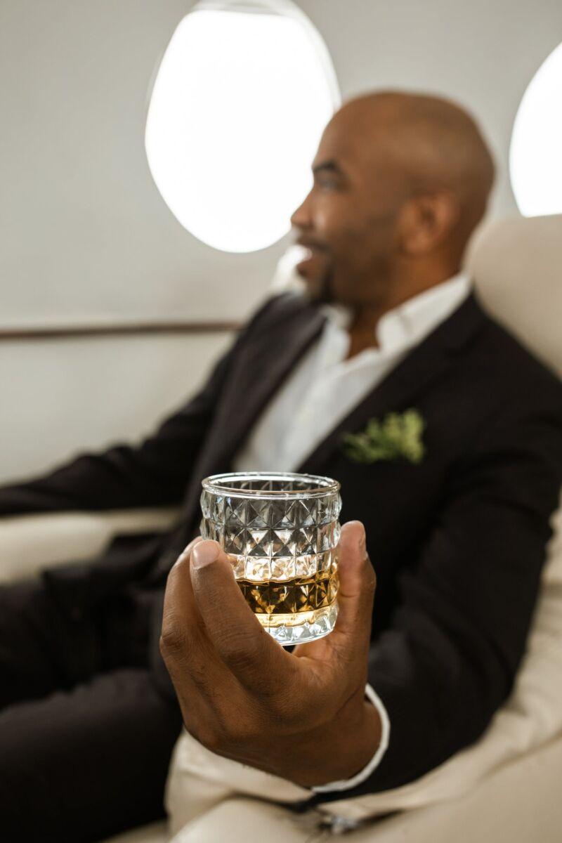 Мужчина с стаканом виски