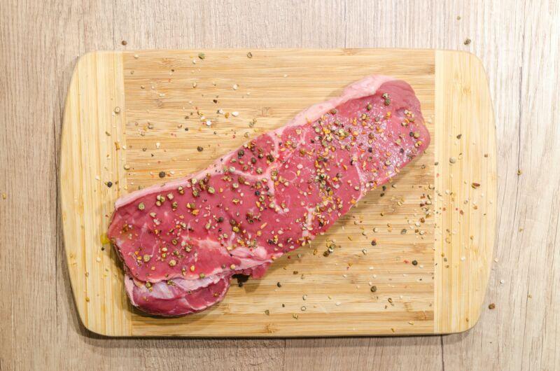 Мясо с приправами на доске