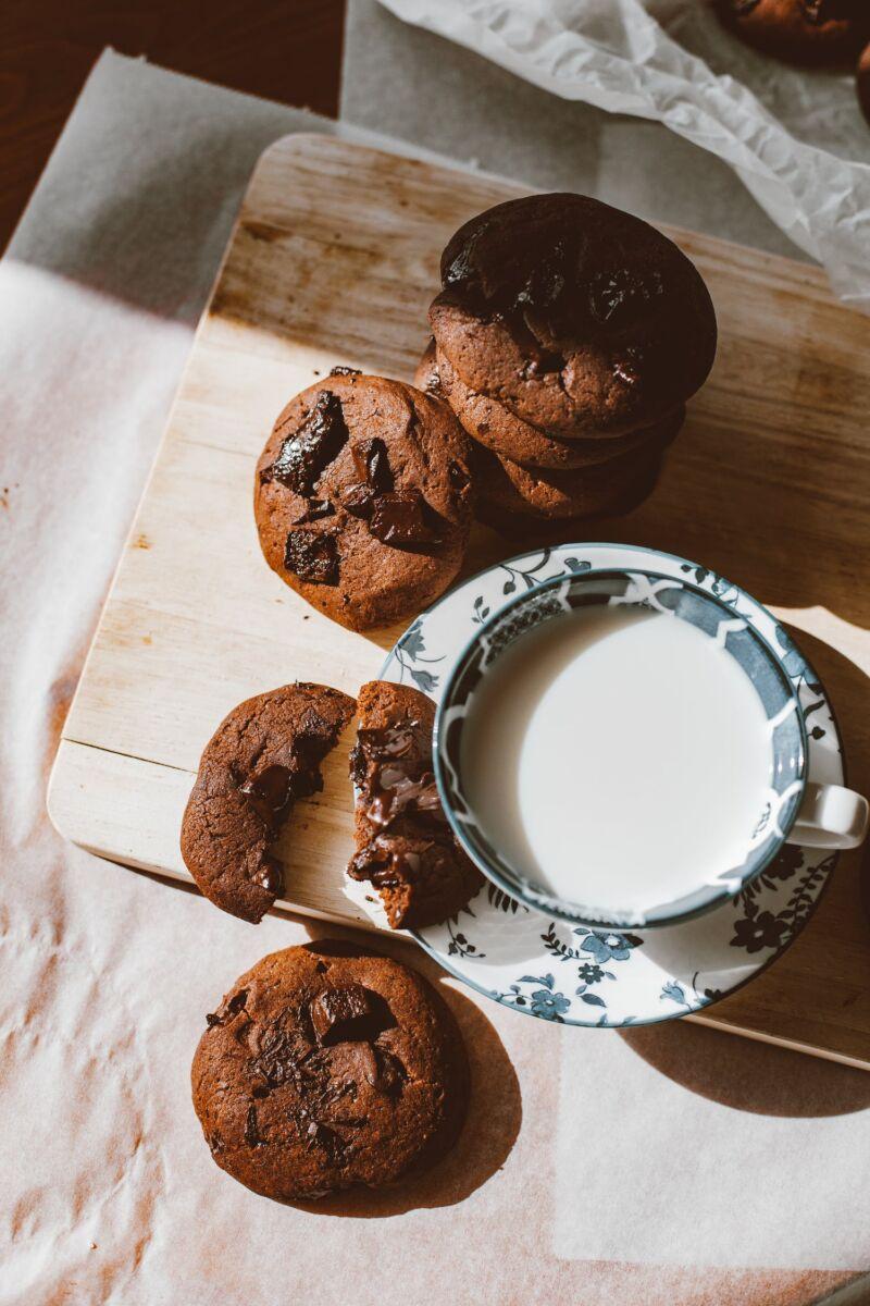 Кружка молока и шоколадное печенье