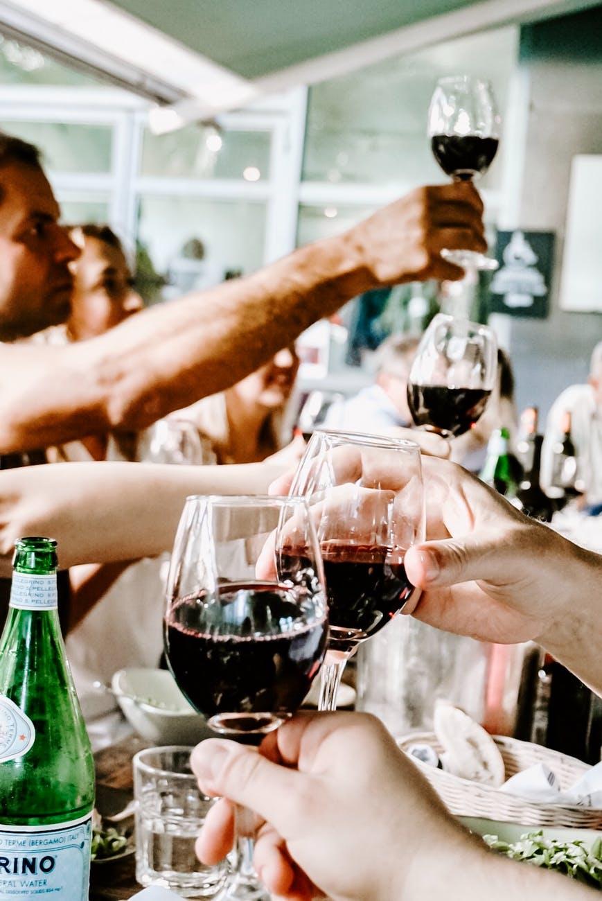 Друзья пьют красное вино